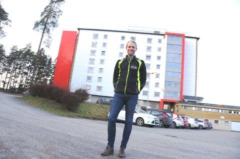 BYGGER HER: Daglig leder i Mynd entreprenør, Mats Asdahl, ser fram til sammen med sine ansatte å bygge den interkommunale legevakttjenesten i Skien. Han står på bildet rett foran stedet bygget kommer, vegg-i-vegg med Skien helsehus.