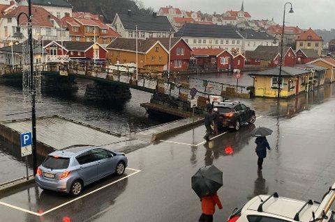 GRÅTT: Slik er været i Kragerø mandag ettermiddag. Mange har funnet fram paraplyene sine.