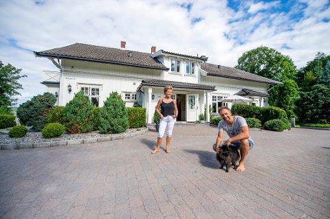 SELGER: Det gamle herskapshuset på Torp består av nesten 700 kvadratmeter bygningsmasse, fordelt på blant annet hovedhuset, garasje og grillhytte. Nå er eiendommen til Maya og Jarle Sæther til salgs for 8,9 millioner kroner.
