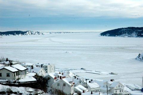 SJEKK ISEN: Isen er i ferd med å legge seg i store deler kragerøskjærgården. - Sjekk tykkelsen før man beveger seg utpå, oppfordrer politiet.