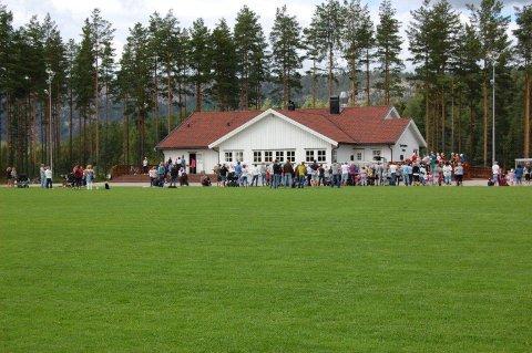 Koronavaksineringen foregår i Drangedal idrettslags klubbhus.