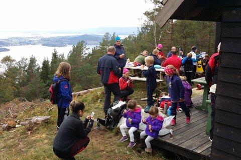 Mange fann vegen opp til Skarvelandsstølen. (Mobilfoto: Ivar Langeland).