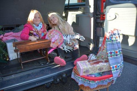 Emilie Andersen Prestøy (t.v.) og Liv Mikkelsen kjøpte mange kjekke leiker for ein billig penge.