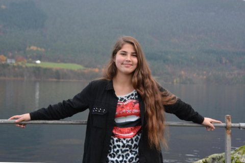 Aila Kordo (13) frå Irak lever eit godt liv på Husnes. I takksemd for det strekkjer ho ut ei hand til dei som slit i Syria.