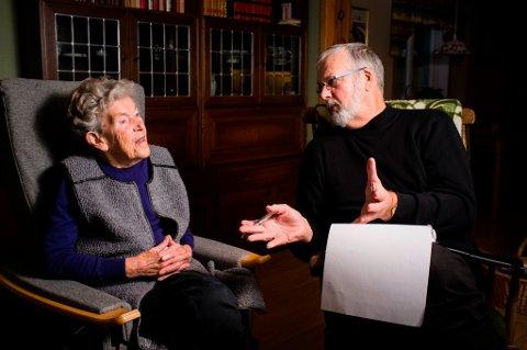 Forfattar Kristian Hus (t.h.) vidareformidlar nære møte med eldre kvinnheringar i boka si «Godt vaksen». Her intervjuar han Wenche Skaaluren. (Foto: Kristen Børje Hus).