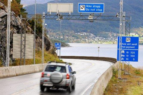 Bompengestasjonen på Tofte med Valen i bakgrunnen. (Arkivfoto).