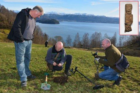 F.v. bonde Kjell-Tore Holmedal, Håkon Huse og Remy Holm er alle like begeistra for det unike funnet på Holmedal.