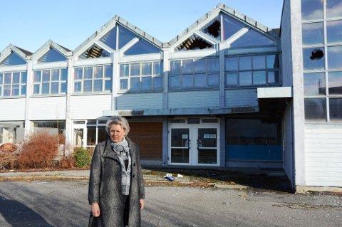 Ordførar Synnøve Solbakken meiner hotellet i sentrum ser verre ut enn nokon gong, og håpar det finst lovverk som gjer at kommunen kan gripa inn. (Foto: Mona Grønningen).