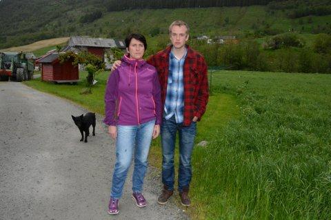 Har fått nok: Mamma Anne Kari Rørheim og veslebror Sindre Aksnes tar ME-sjuke Eirik Aksnes heim for å pleia han sjølve.