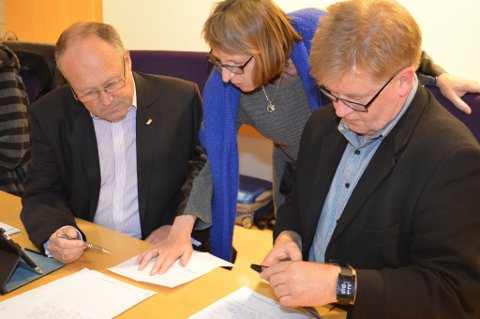 Knut Prestnes, Marit Elisebet Totland og Arve Opsanger ser et det er store utfordringar å få på plass økonomien til utbygginga av Rosendalstunet, men røysta for at prosjektet no kjem i gang.