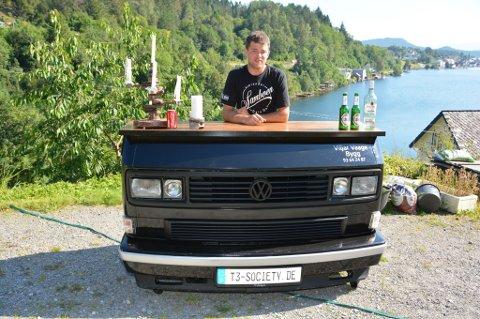 For Viljar Vaage er det berre eitt bilmerke som gjeld: Volkswagen. Og då spesielt typen Transporter Caravelle T3. Sjekk bardisken han har laga av fronten på ein bil av denne typen.