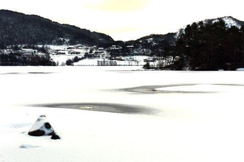 Frode Dale og dottera Solveig (14) gjekk gjennom isen nær spissen av Langaneset til høgre på bildet. Bildet er tatt fredag frå Husnes-sida, Teigen i bakgrunnen.