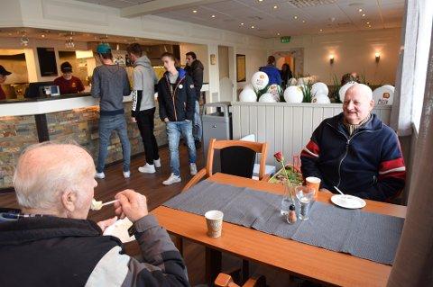 LIKTE SEG: Sverre Holmedal (t.h.) og Ottar Nummedal (nærast) fann seg fort til rette i Pizzabakeren Husnes sine nye lokale.