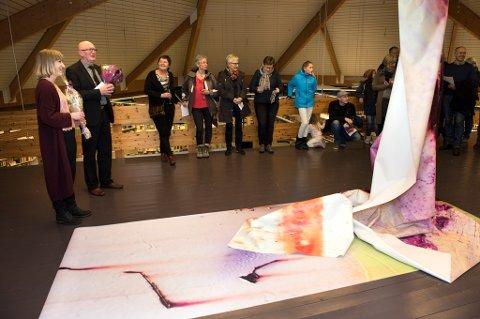 Johanne Teigen (t.v.) vart intervjua av kultursjef Kristian Olav Bringedal. Her står dei ved det største kunstverket Teigen har stilt ut på bibliotek-loftet.