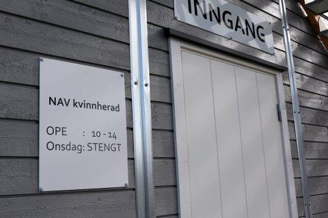 Utsnitt av inngangspartiet til Nav sin «brakkeby» på Husnes.