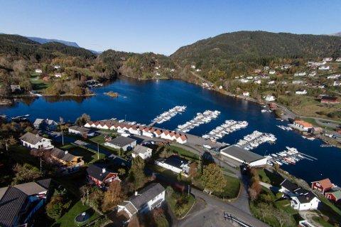 Fleire av båthamnene i Kvinnherad meiner dei ikkje bør betala eigedomsskatt. Her eit bilde frå båthamna frå Sunde. (Arkivfoto).