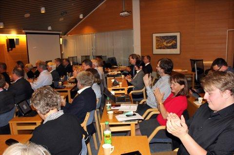 APPLAUS: Kommunestyremedlemene klappa for seg sjølve etter det historiske vedtaket om Kvinnheradpakken.