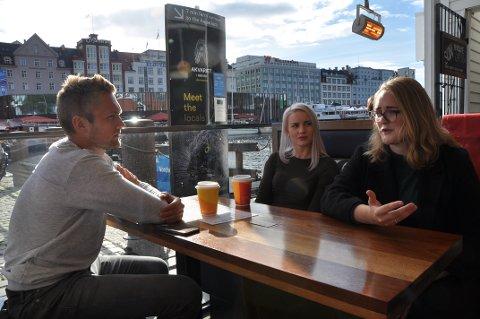 BEKYMRA: (F.v.:) Mats Åsheim Mo, Marie Røssland og Ingrid Handeland diskuterer framtida og heimflytting på Bryggen i Bergen.