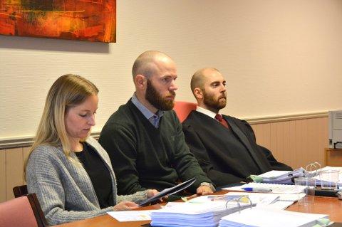 Eldbjørg Thygesen og Martin Herrstrøm hadde store planar om å starta Husnes Apotek AS. Her saman med advokat Olav Lund (t.h.) under rettsaka i starten av oktober. (Arkivfoto).