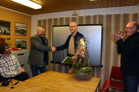 MÅLMEDVITEN: Arne Alsaker vart onsdag kveld tildelt Målblomen 2017 av Kvinnherad mållag, her ved Gaute Lund (frå venstre), Lars Børge Sæberg og Kristian Bringedal.
