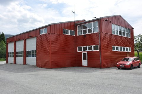 Hovudbrannstasjonen på Husnes ligg i dag ved sida av bedehuset og Røde Kors-huset. Ifølgje brannsjefen hadde det ideelle vore ein ny hovudbrannstasjon lokalisert i Podlen, for å korta utrykkingstida. (Arkivfoto).