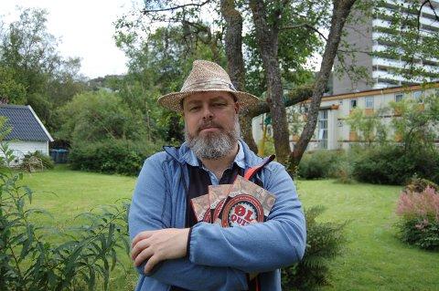 Sammy Myklebust med den nye boka. (Foto: Hugo Ivan Hatland/Godt i Glasset).