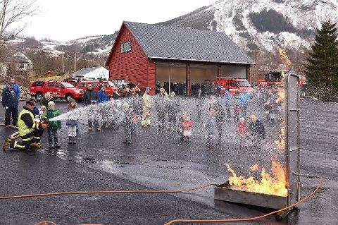 Her frå open brannstasjon i Rosendal i fjor. Å prøva seg på sløkking var populært. (Arkivfoto).