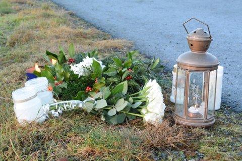 Etter den tragiske ulukka vart det sett opp lykter og blomar nær ulukkesstaden. (Arkivfoto).