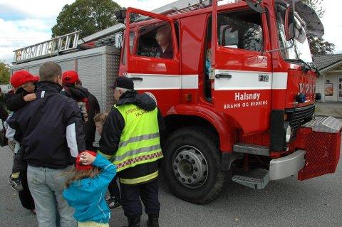 I år blir det ingen open brannstasjon i kommunen under Brannvernveka 2020. Her frå open dag ved brannstasjonen på Halsnøy for ein del år sidan.
