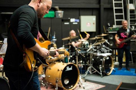 GITARSOLO: Tor Jørgen Sætrevik er ein av tre lokale gitaristar som skal gi publikum gjenhøyr med klassiske David Gilmour-soloar.