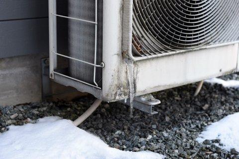 IS PÅ GANG: Følg med på varmepumpa når det er kaldt.