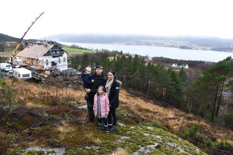 VIL BYGGJA HUS: Elisabeth Haugland og Eirik Handeland, her med borna Linnea (6) og Emilian (3), ønskjer å byggja hus på denne tomta, og huset er tenkt plassert eit stykke nedanfor berget dei står på.