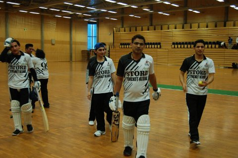 Her ser du nokre av dei som synest det er knallkjekt å spela cricket på Stord. (Foto: Privat).