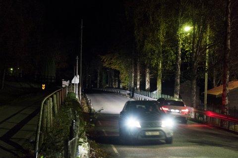 Frå Valeparken (nedanfor høgre bildekant) og bort til hovudinkøyrsla til sjukehuset manglar det veglys. Det same gjeld frå hovudinnkøyrsla og oppover mot skogsvegen/Lyngbakken. (Arkivfoto).