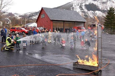 OPNING: Bildet er frå opninga av Rosendal brannstasjon februar 2016. No må den byggast om for 4,5 millionar.