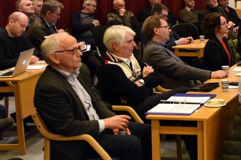 PTROOO: Arne Presthus (midt i bildet) fekk ei avgjerande rolle saka om KE i kommunestyret torsdag kveld. Bildet yter ikkje den flotte og hestepynta genseren rettferd, her må fotografen berre beklaga.