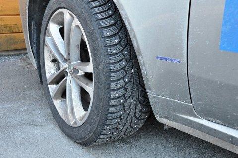 ULOVLEG: I går var siste dag du lovleg kunne køyra med piggdekk på bilen. (Illustrasjonsbilde.)