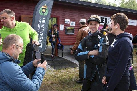 INNFRIDDE: Mange var letta etter at Andreas Hansen innfridde både eigne og andre sine forventningar, grytidleg sundag morgon. På bilete ser me i tillegg til hovudpersonen sjølv, Terje Hansen, Solveig Hus Hansen og Terje Hus.