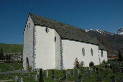 MÅ SLETTA MEDLEMMER: Den norske kyrkja i Kvinnherad får i overkant av 100 færre medlemmer etter ei lovendring. Her er Kvinnherad kyrkje i Rosendal. (Arkivfoto)