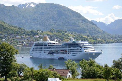 CRUISEHAMN: Kystverket oppmodar kommunen til å tenkja alternative lokaliseringar av ei eventuell ny cruisehamn. Her frå eit tidlegare cruisebesøk i Rosendal.