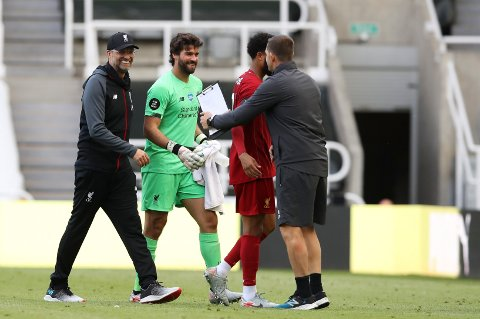 KLARE FOR NY SESONG: Liverpool-manager Jürgen Klopp og keeper Alisson Becker har starta oppkøyringa til 2020–2021-sesongen. Foto: (Owen Humphreys, Pool via AP).