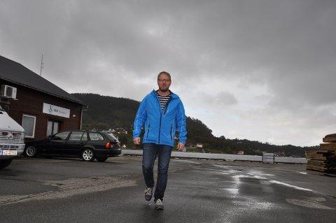 FEKK FINANSIERING: Knut Rune Fatland har sikra finansiering av Husnes Brygge gjennom DNB. Her på tomta der han no planlegg byggestart etter sommarferien.