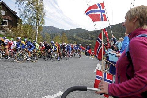 KOMMER IGJEN: Her er fjorårets felt i Tour of Norway i aksjon i bakkene opp til Åsbøgrend. Fredag 20. mai kommer de tilbake. (FOTO: NIKLAS ØYMO)