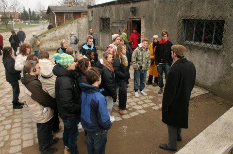TOLERANSEREISER: Tusenvis av skoleungdommer har besøkt gasskamrene i Auschwitz, for å lære om krigens ondskap. Reisene er et høydepunkt for tiendeklassingene, men i år utgår det. Koronaviruset har skylda.