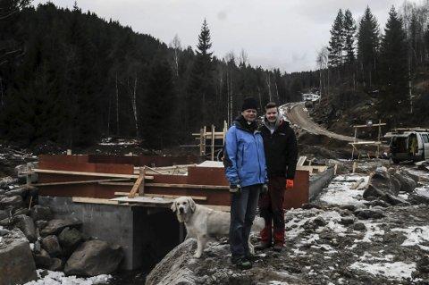 FAMILIEPROSJEKT: Christopher Carlsen og sønnen Marcus stortrives i Urdalsgrenda. De satser alt de eier og har på gården Nedre Urdalen.