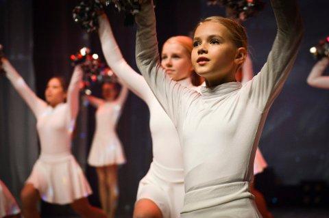 Danseglede: 600 barn og unge skal i løpet av helgen danse på Kongsberg Musikkteater. Det er Studio 3 som har sin årlige juleforestilling, og lørdag var det fulle saler på begge forestillingene.
