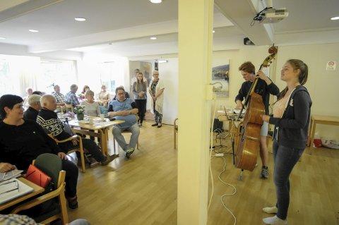 Slag-kafe: Det også tid til sosialt samvær innimellom foredragene. Øystein S. Østensen og Reidun Ottersen underholdt.