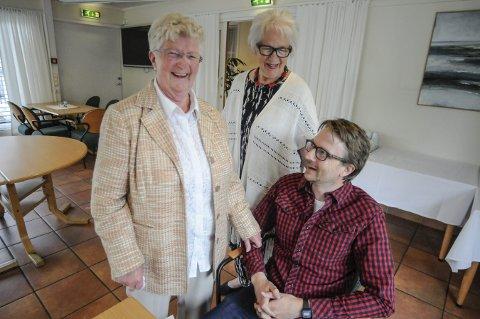 Rørt: Solveig Bjørneng (t.v.) var på slag-kafeen, og hun rettet en stor takk til sykehuset i Kongsberg og hjerneslag-spesialist, Torgeir Mathisen (t.h.) I midten står Wenche Haukeli, leder i Kongsberg LHL.