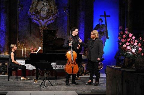 Frode Larsen (t.h.) snakker med cellisten Christian Poltéra. Gunilla Süssman sitter ved pianoet.