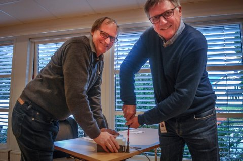 """""""MONTØRER"""": Flesberg everk ved Pål Rønning (t.v.) samarbeider med Glitre (Rune Kvam til høyre) om AMS-prosjektet. Her """"monterer"""" de en strømmåler, og det skal krefter til for å få skrudd til strømboksen skikkelig."""